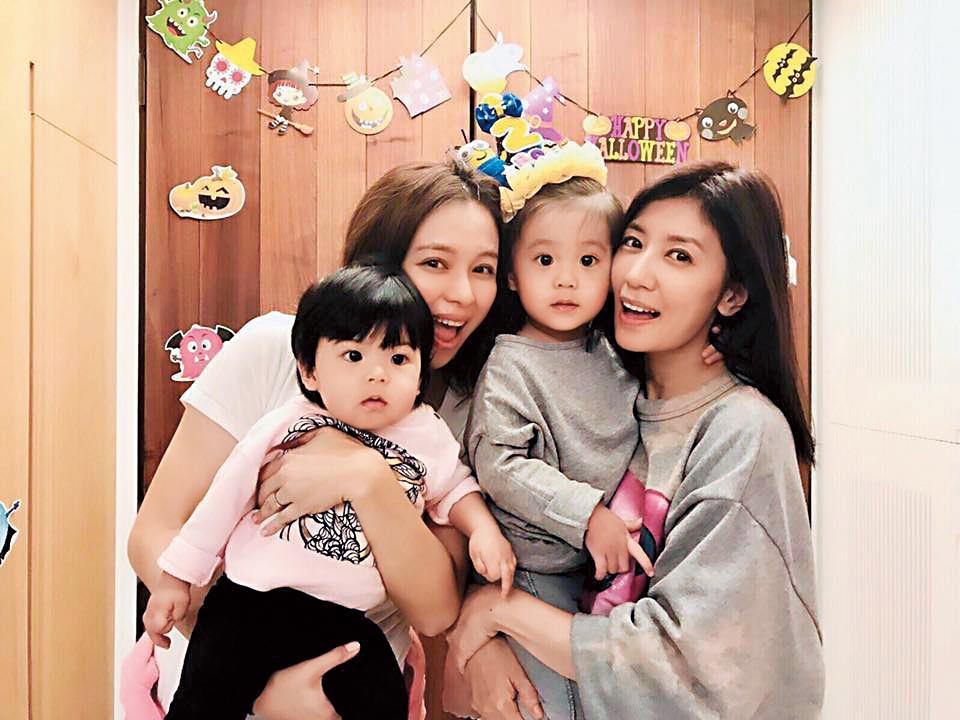 賈靜雯(右)和好友徐若瑄經常帶著孩子們一起聚會,兩家人感情很好。  (翻攝自賈靜雯臉書)
