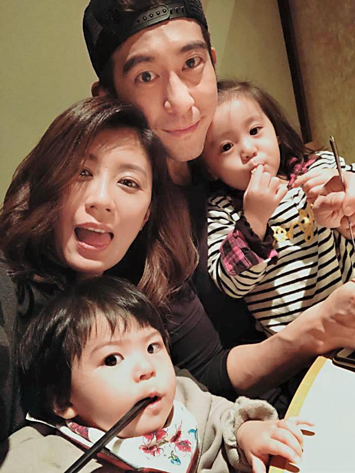 修杰楷和賈靜雯經常在臉書曬恩愛,情人節特別po出和女兒們共享大餐照片。 (翻攝自賈靜雯臉書)