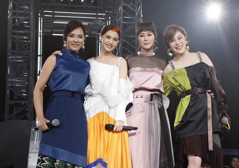 楊丞琳在香港舉辦《青春住了誰》巡演,邀來老戰友黃小柔、張棋惠、冷嘉琳,讓當年的團體4 in Love合體。(太陽娛樂提供)