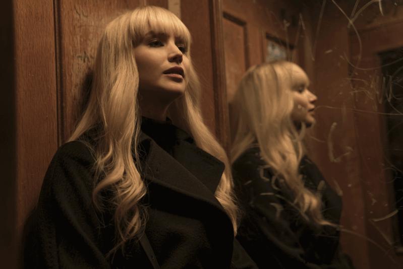 小珍妮佛在新片《紅雀》中扮演性感又凶狠的俄國特務,突破過往戲路。(福斯提供)