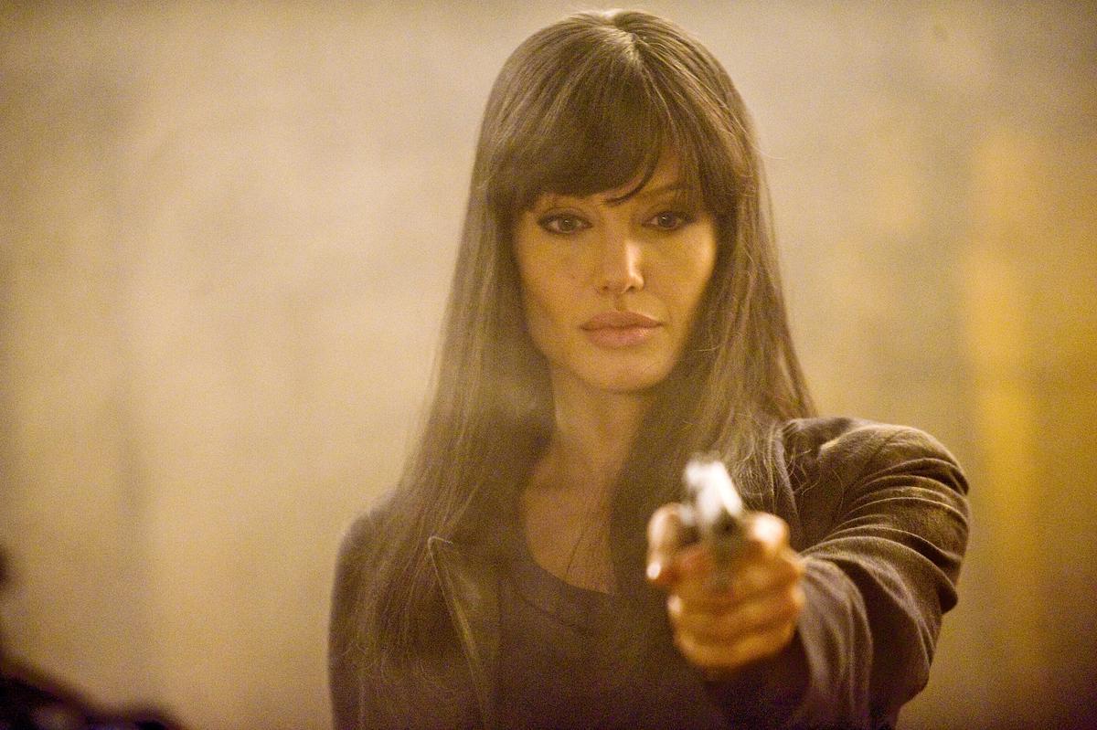 安潔莉娜裘莉在《特務間諜》中的短瀏海長髮造型,也被小珍妮佛用在《紅雀》裡,只是髮色有差。(網路圖片)
