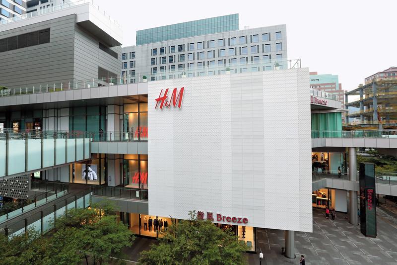 潮牌崛起後,快時尚如H&M等,紛紛面臨營收滑落的困境,台灣成衣代工業難免受影響。