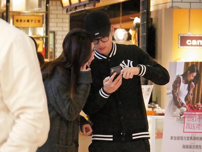 2/21 19:25 本刊直擊,周興哲帶著新女友逛百貨公司地下街,動作親暱。