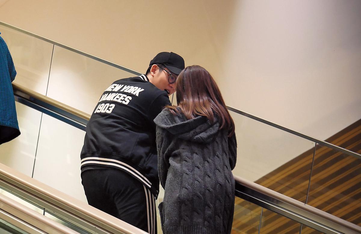 20:33 周興哲跟趙岱新上電扶梯也交頭接耳,看似很般配。看完家具,小倆口又去逛香奈兒店。