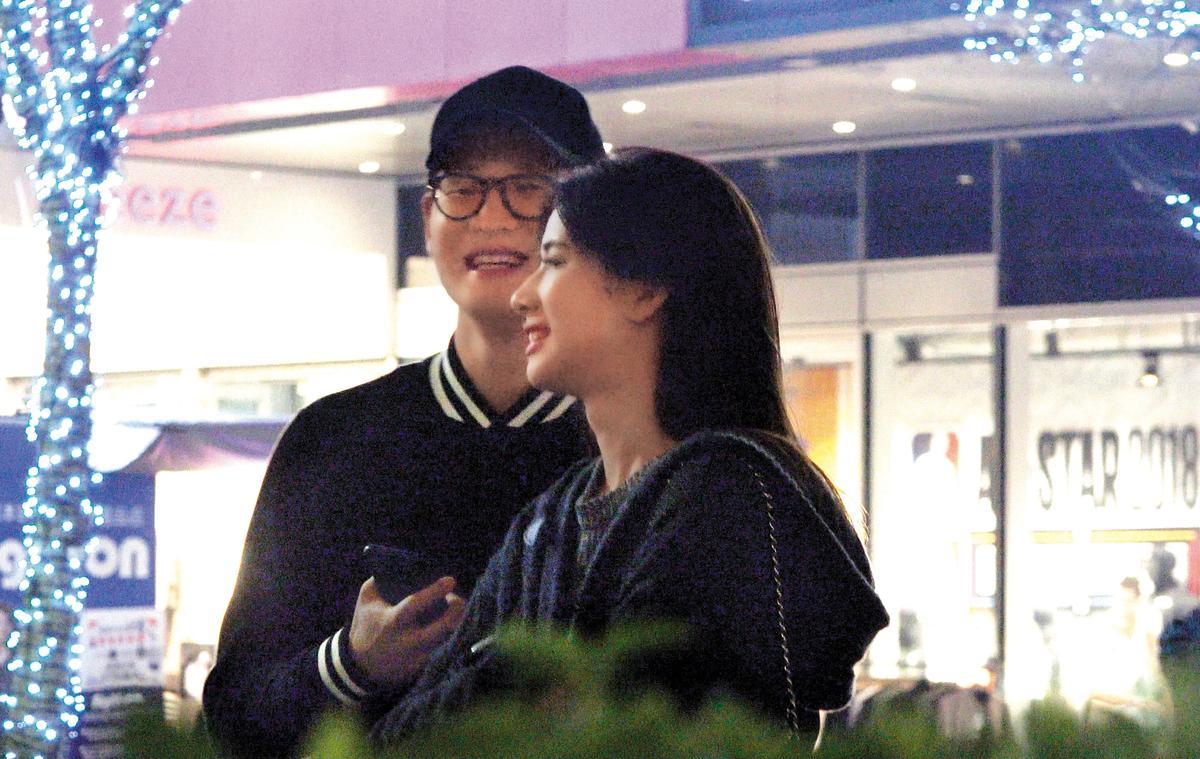 2/21 19:27 周興哲(左)的新女友是三立女主播趙岱新(右),約會時,兩人有說有笑。