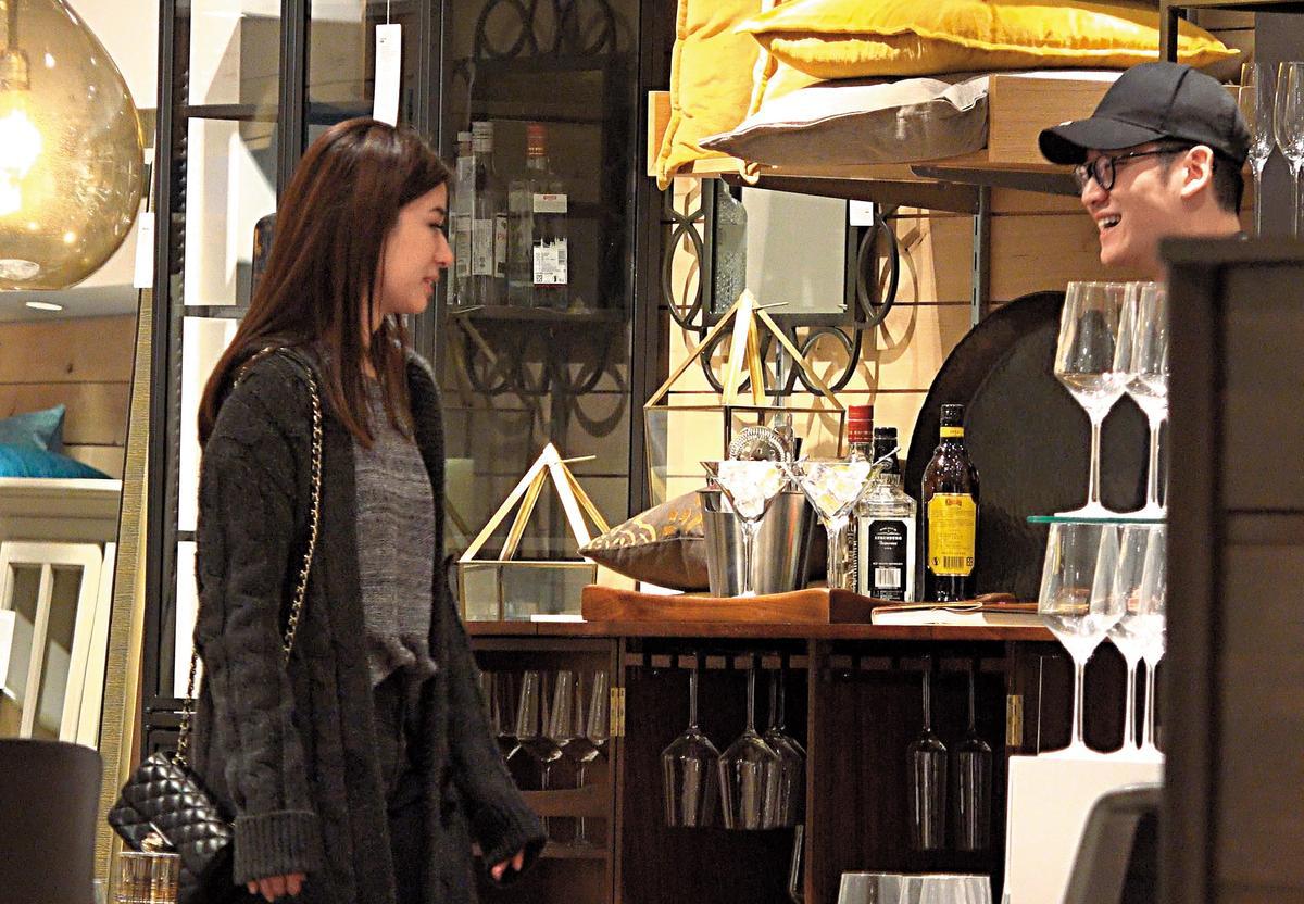 2/21 20:29 在百貨公司地下街約會約了2個多小時,周興哲跟趙岱新就準備轉點。