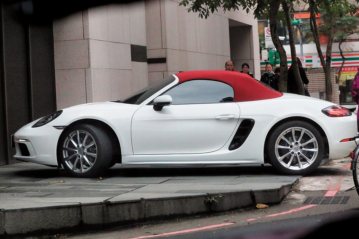 趙岱新在IG上傳美照,有意無意露出身後的跑車,而那輛跑車經過比對,正是周興哲的座駕。
