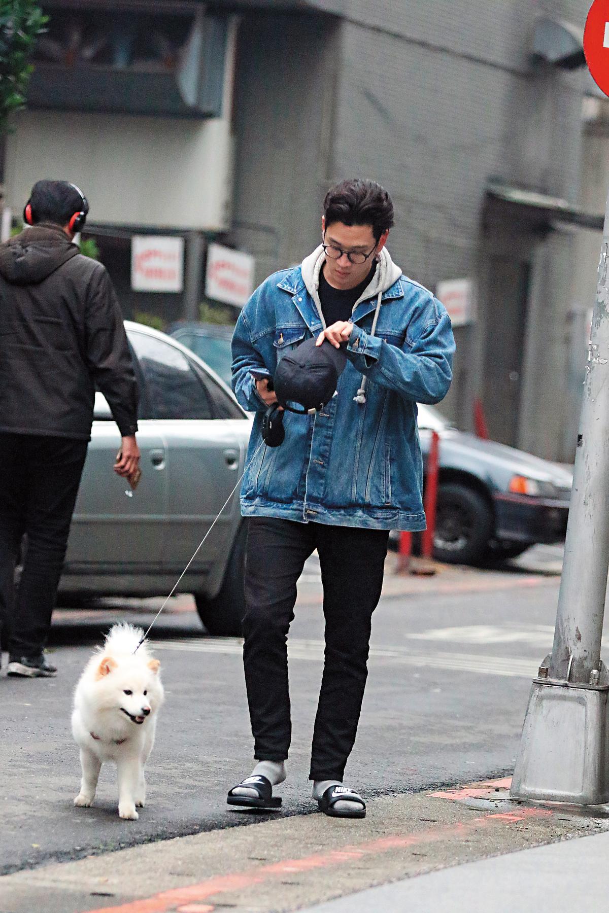 剛好周興哲也是愛狗人士,遛狗親力親為。
