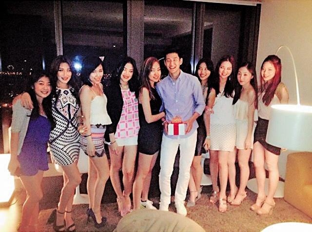 周興哲3年前剛回台灣不久,就與Melinda交往,慶生派對上女方也挽他緊緊