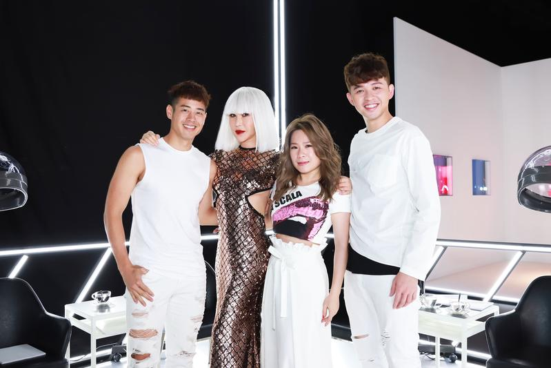 利菁〈看我看我〉MV,找來《超級偶像》歷屆歌手符瓊音、榮忠豪(左一)、李子森(右一)客串演出。(伊林提供)