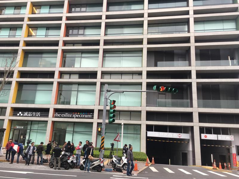 歹徒在松菸大樓停車場外對空開2槍後隨即逃逸。