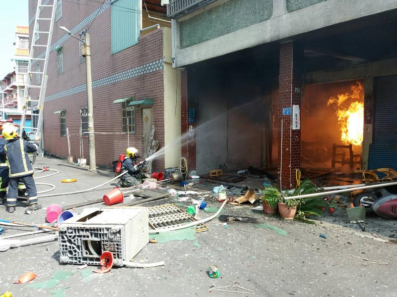 婦人叫了5桶瓦斯引爆輕生,甚至波及2戶民宅,警消趕緊滅火。(屏東警消提供)
