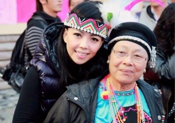 阿妹跟媽媽感情深厚,還曾合唱〈KATSU〉一曲。(翻攝自張惠妹臉書)