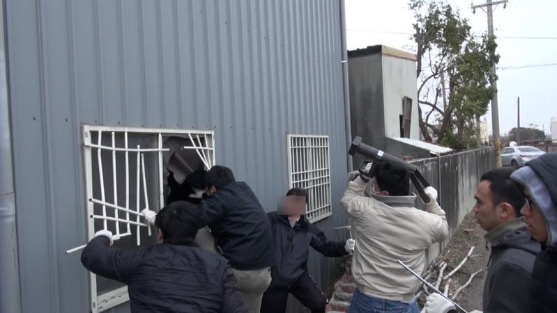 調查人員衝破工廠門窗,強力攻堅抓製毒師。 (高市調查站提供)