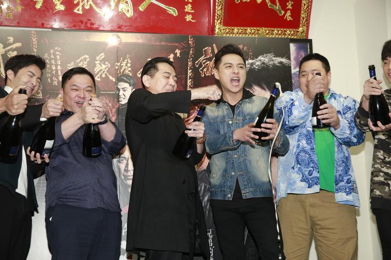 《角頭2》監製張威縯(左二)率領演員開香檳慶祝票房破億,古斌、高捷、鄭人碩、吳震亞等人開心噴灑香檳。