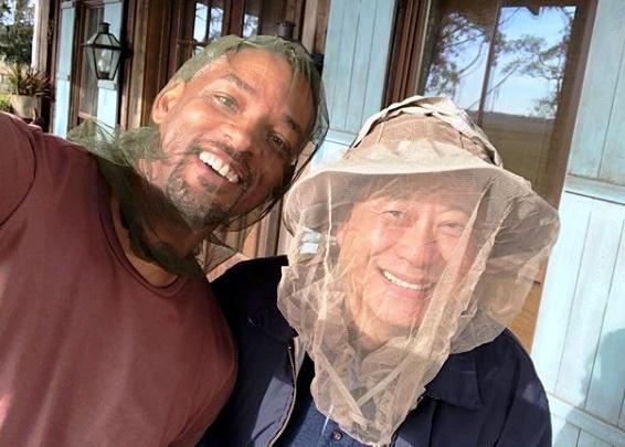 威爾史密斯臉上罩著蚊帳,身邊是據說不會自拍的導演李安,在《雙子殺手》的喬治亞州外景地展開「抗蟲大作戰」。(翻攝Instagram)