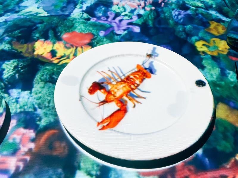 小廚師從海裡抓來龍蝦,動作相當逼真。