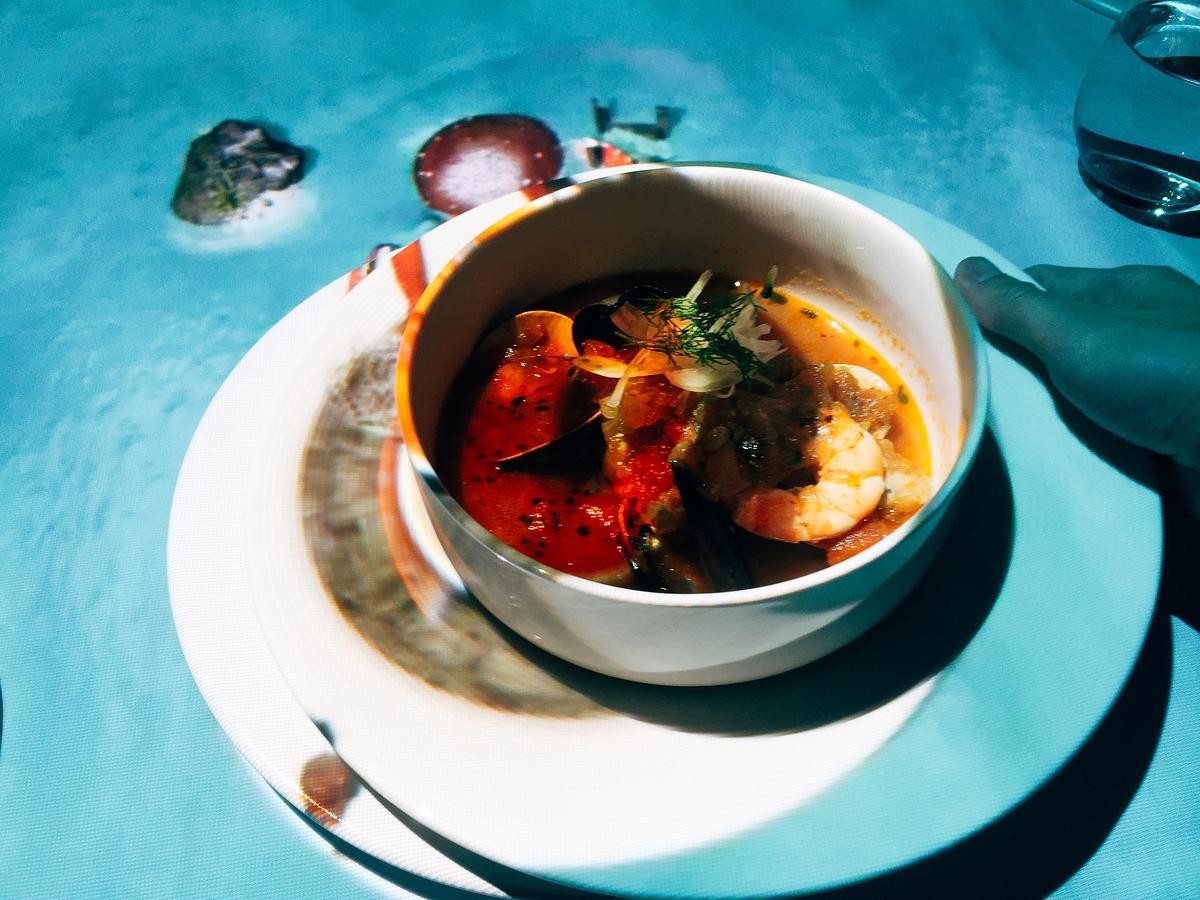 拚搏完,服務生送上同一道料理:充滿鮮味的「馬賽海鮮湯」。