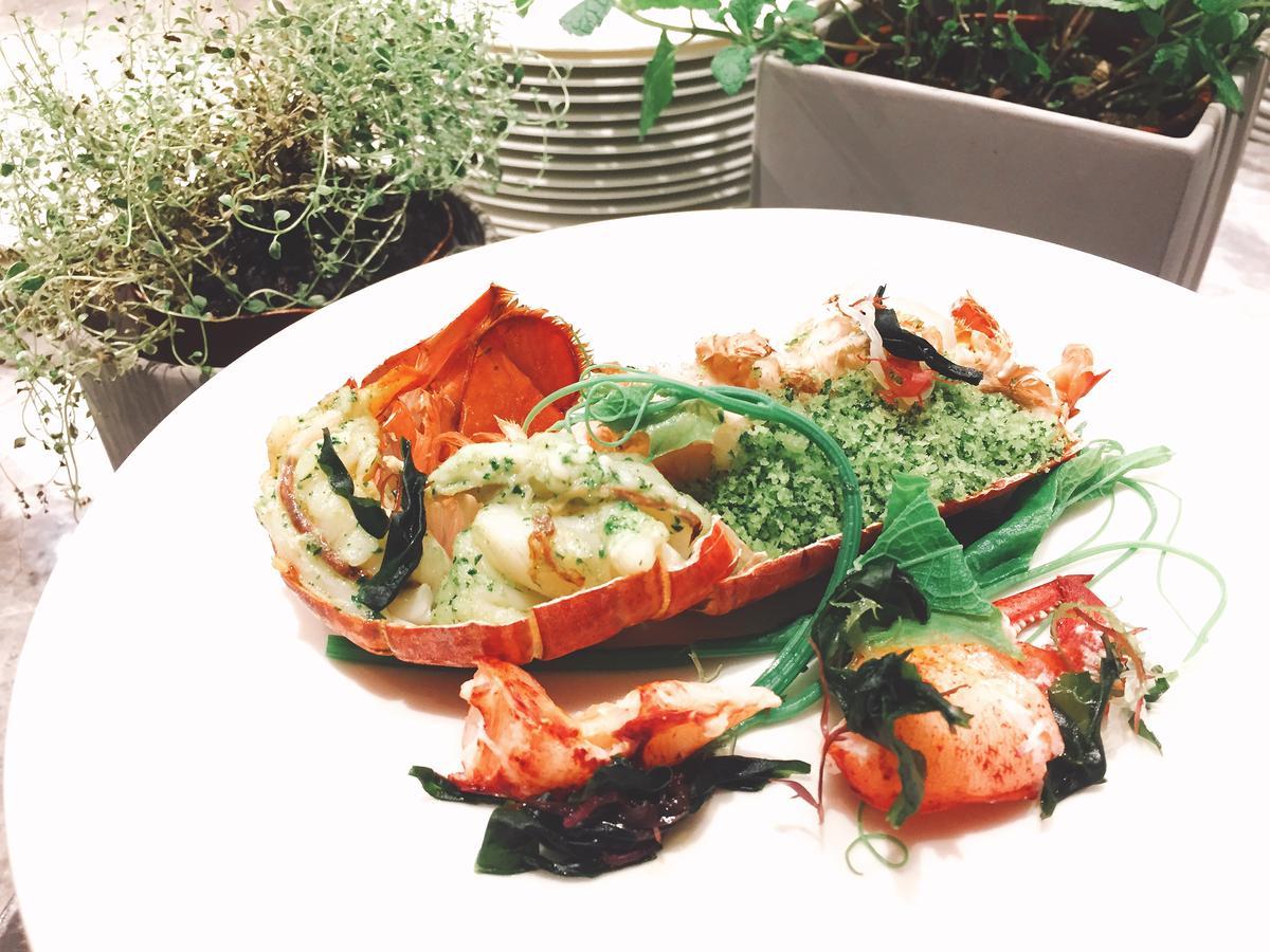 龍蝦抓完,「爐烤龍蝦」接著上菜。