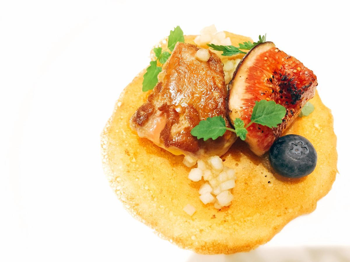 晚餐菜色之一「香煎鴨肝可麗餅」。
