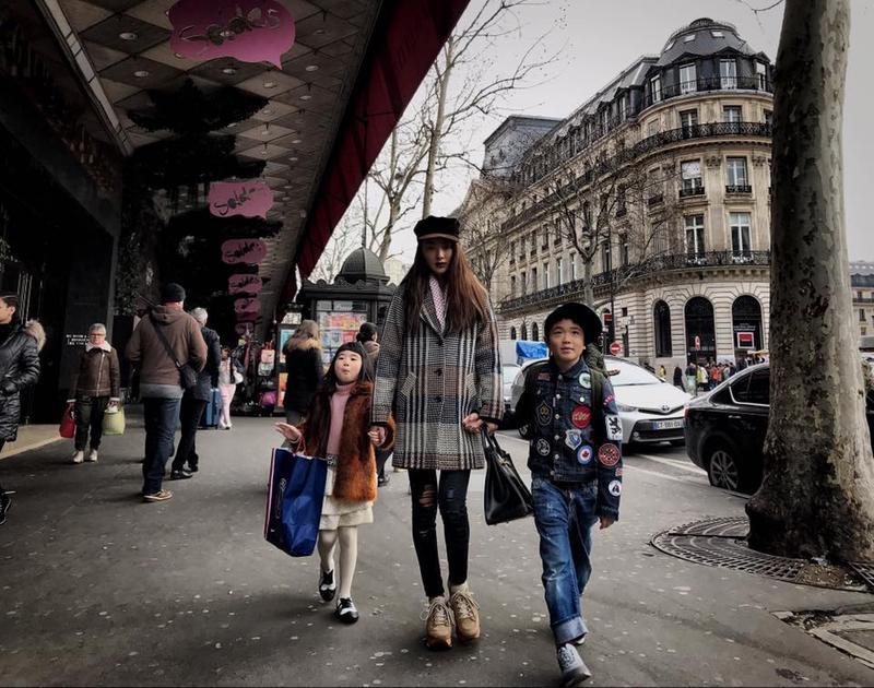 曹格全家大小一起飛至巴黎旅遊,太太吳速玲在高達38萬人次的粉絲頁面po出旅遊照。(取自媽咪速玲臉書)