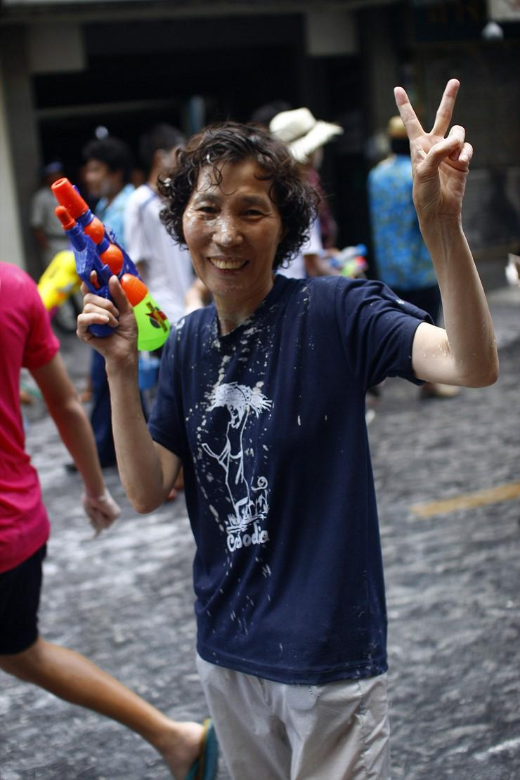 媽媽說,在旅程中找回了自我,她拋開妻子、母親和女兒的身分,沉浸在旅遊的樂趣之中。母子在泰國遇上潑水節,她興高采烈地加入水槍混戰。(翻攝太源晙部落格https://blog.naver.com/sneedle)