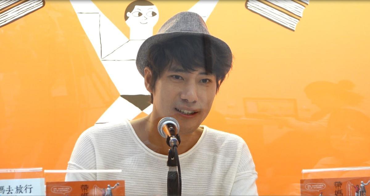 《帶媽媽去旅行》作者太源晙在台北國際書展中進行直播。