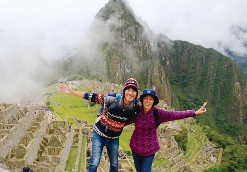 太原晙和媽媽韓東益第二次啟程,來到中南美,圖為母子倆攝於祕魯印加帝國遺址馬丘比丘。(EZ叢書館提供)