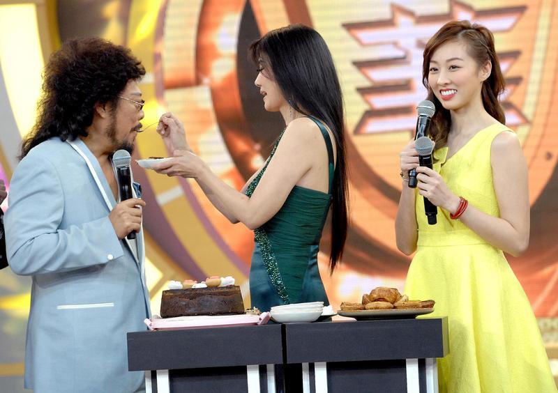 丁國琳(中)餵張菲吃甜點,要證明自己是賢慧好女人。(華視提供)