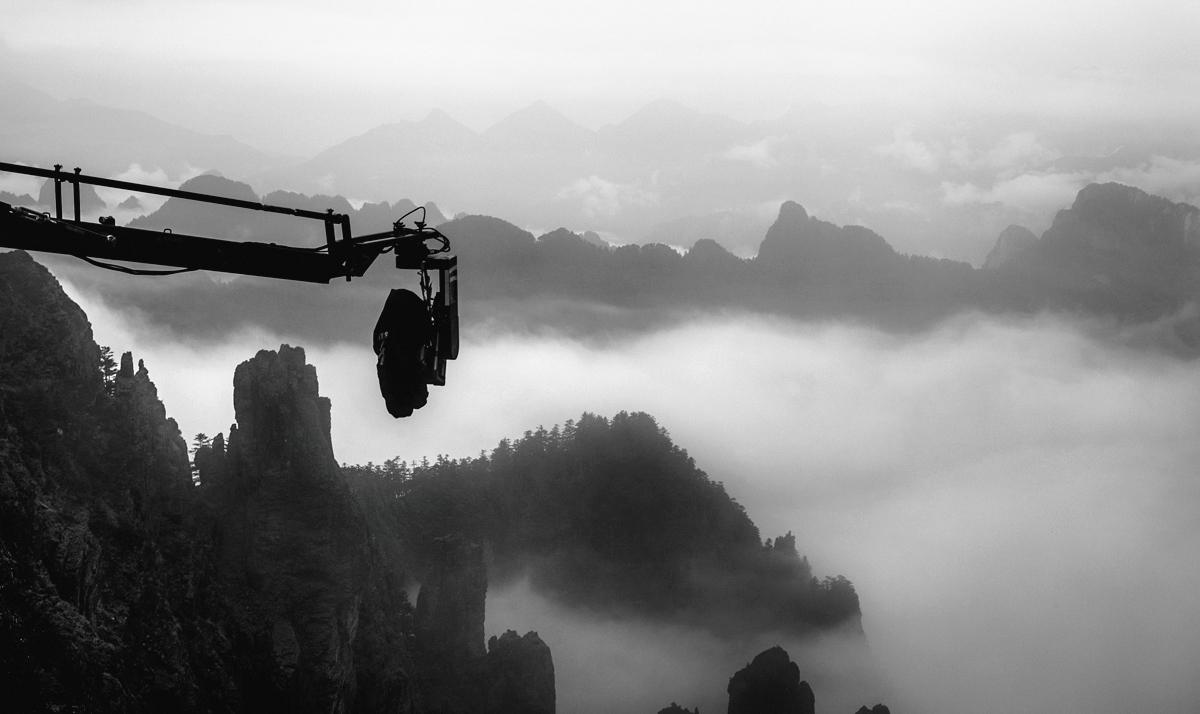 《刺客聶隱娘》在懸崖拍攝出水墨畫般的意境。(光點影業提供)
