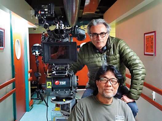 法國導演吉爾布都(後)與李屏賓於《多情動物》拍攝現場。(亮點提供)