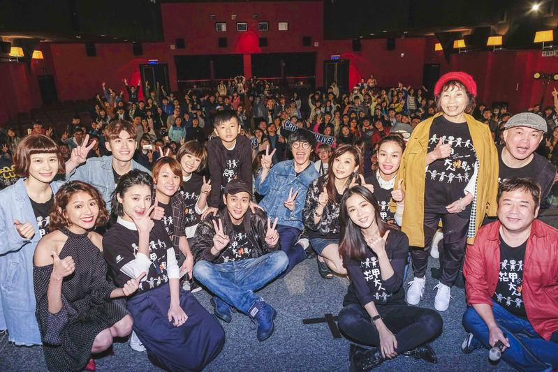 盧廣仲和花甲演員群一起舉辦陪粉絲看電影活動。(氧氣電影)