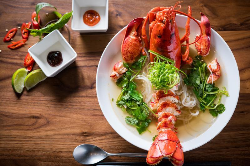 霸氣十足的「龍蝦河粉」從美國拉斯維加斯一路紅到台灣。(時價,約1,380元/碗,點半隻海陸河粉約880元/碗)
