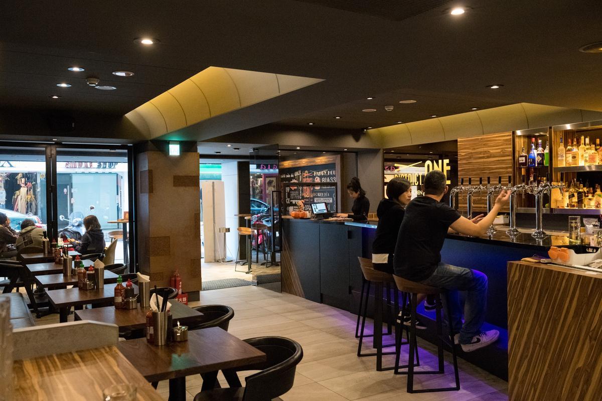 源自美國的「District One Tpe」,承襲本店結合了吧台與餐廳的形式。