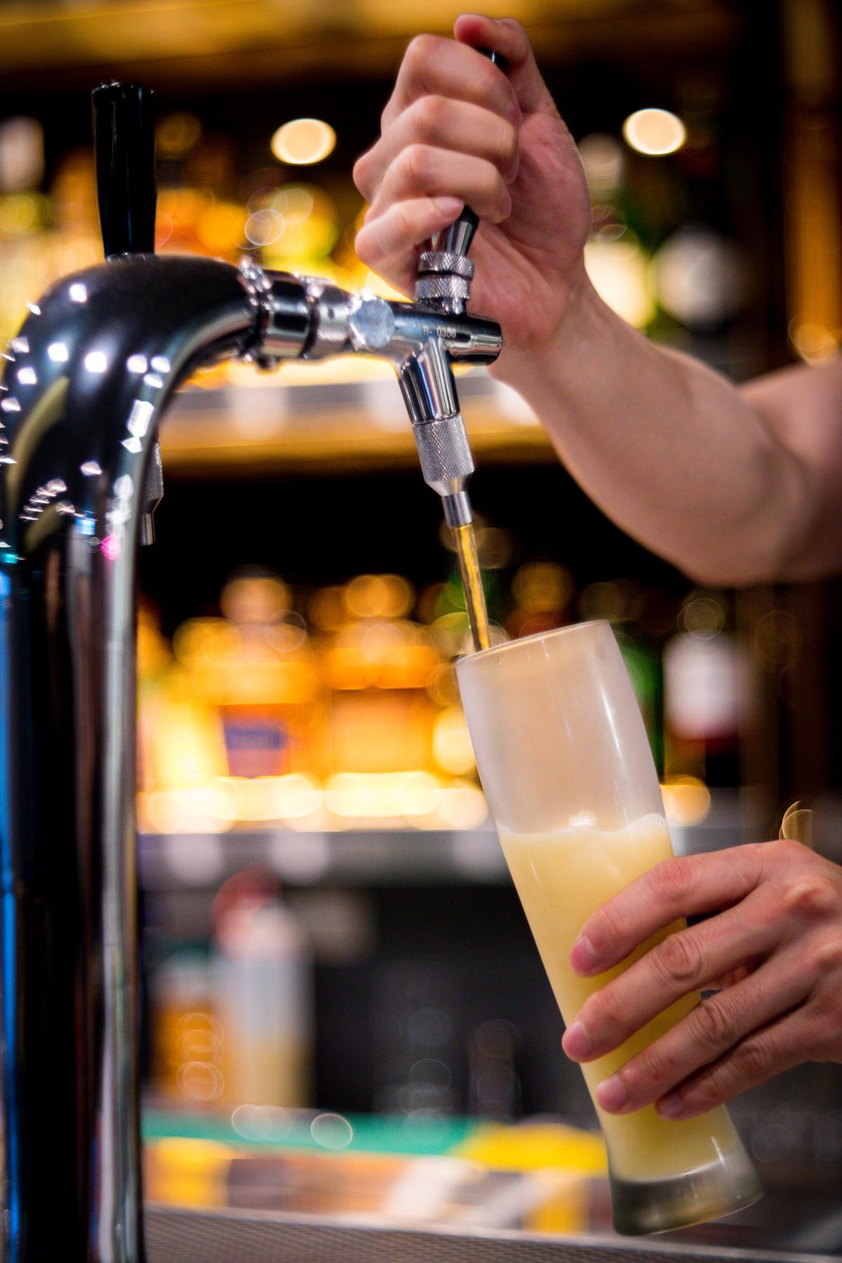 「氮泡玫瑰冷翠茶」有如啤酒般的濃厚泡沫,十分清香。(150元/杯)
