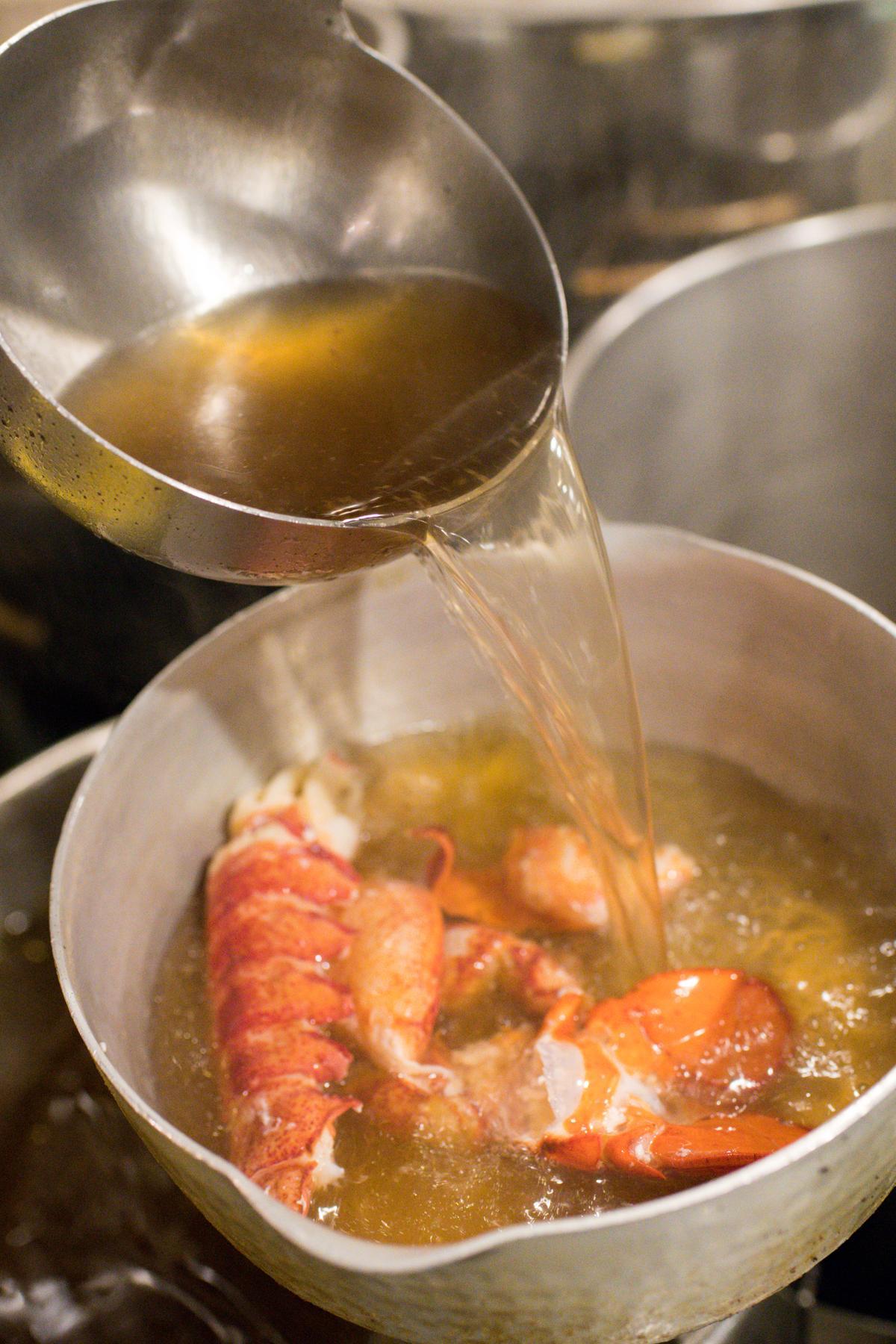 油炸過的蝦殼淋上金黃牛骨高湯一起煮。