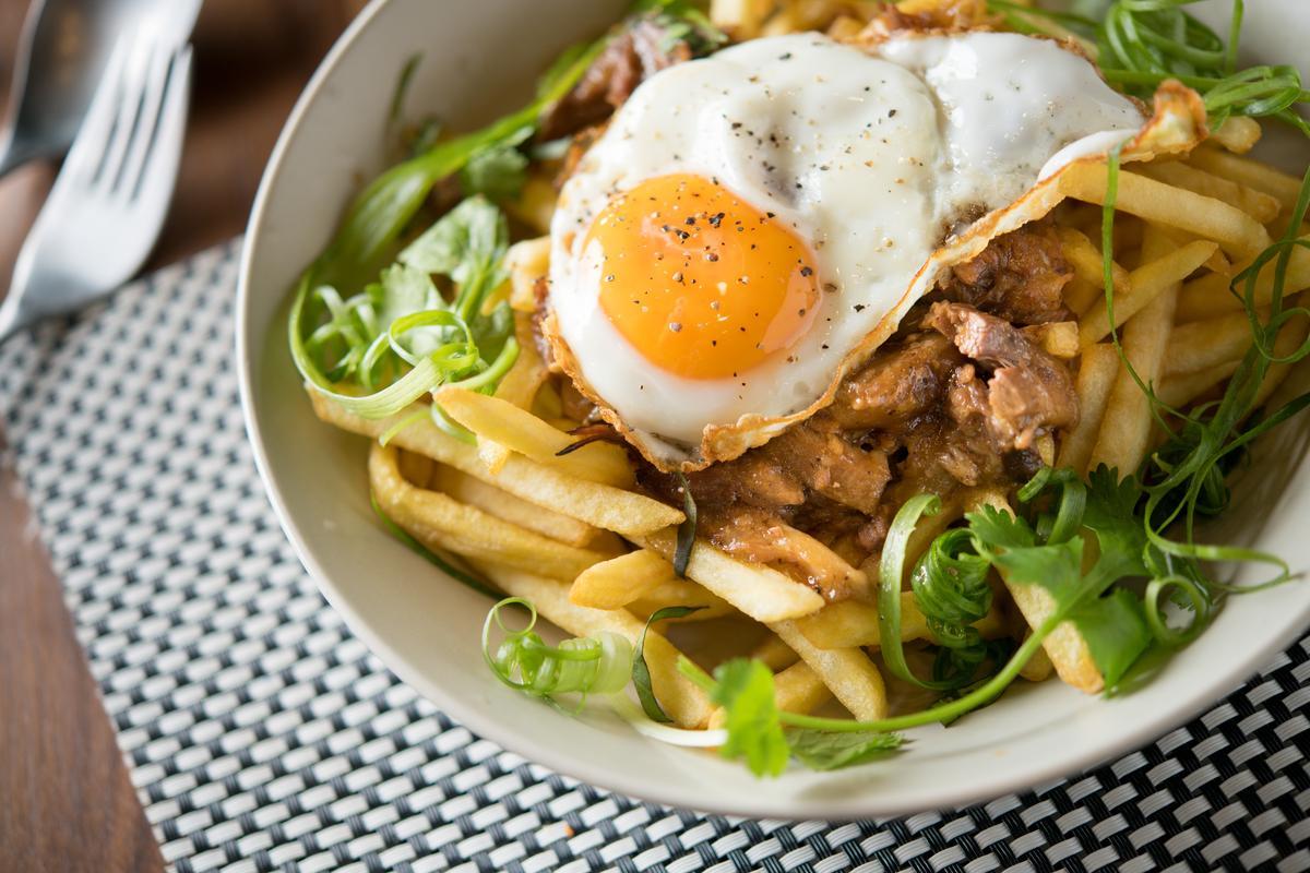 「牛尾薯條」將牛尾肉做成蒜味肉醬,還邪惡的放了顆太陽蛋。(360元/份)