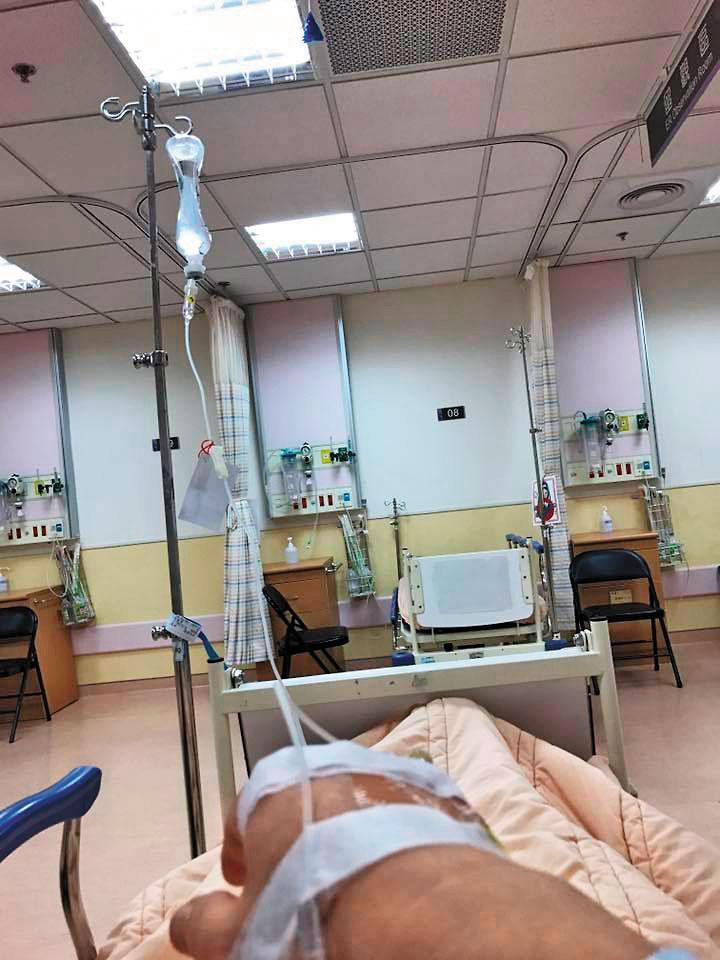 徐國勇在臉書附上中毒住院照片,自嘲可休養2天,希望衰事過後,一切順利。(翻攝徐國勇臉書)
