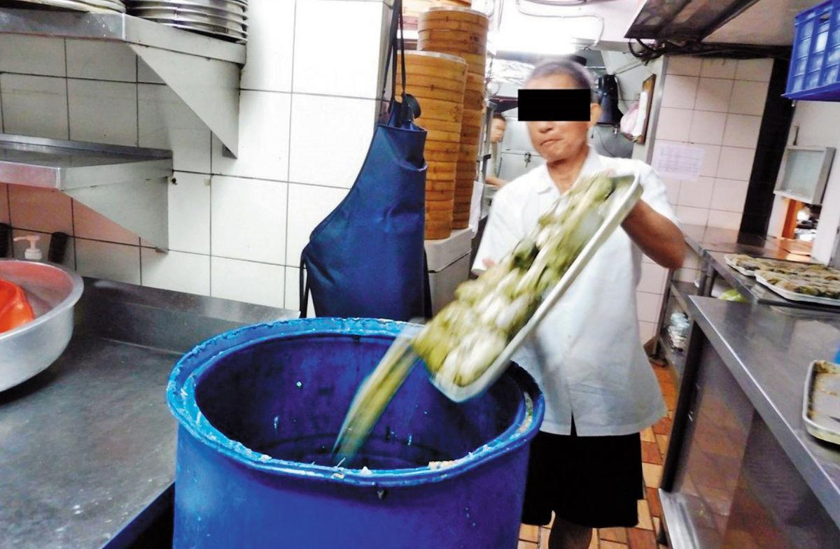衛生局登門稽查,餐廳業者已將剩餘的有毒姑婆芋葉粉蒸排骨,全數銷毀。(衛生局提供)