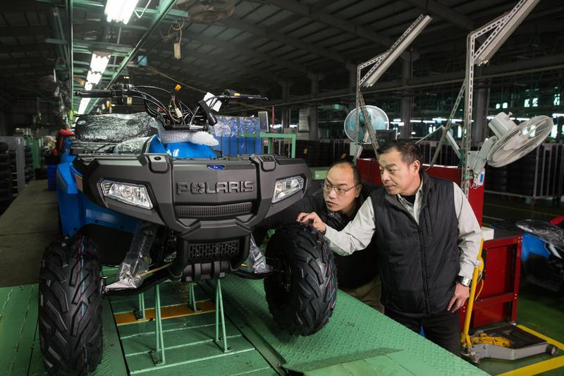 鍾杰霖(右)父親早年以做機車塑膠配件起家,3個兒子都在工廠長大,經驗豐富,目前鍾杰霖的二弟鍾登凱(左)在宏佳騰擔任副總,負責處理工廠端業務。