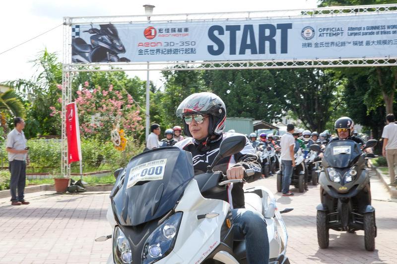 2016年宏佳騰成功打破「全球最大規模三輪摩托車遊行」金氏世界紀錄,邀請141輛3D-350參與盛會,董事長鍾杰霖以一身帥氣裝扮出場。(宏佳騰提供)