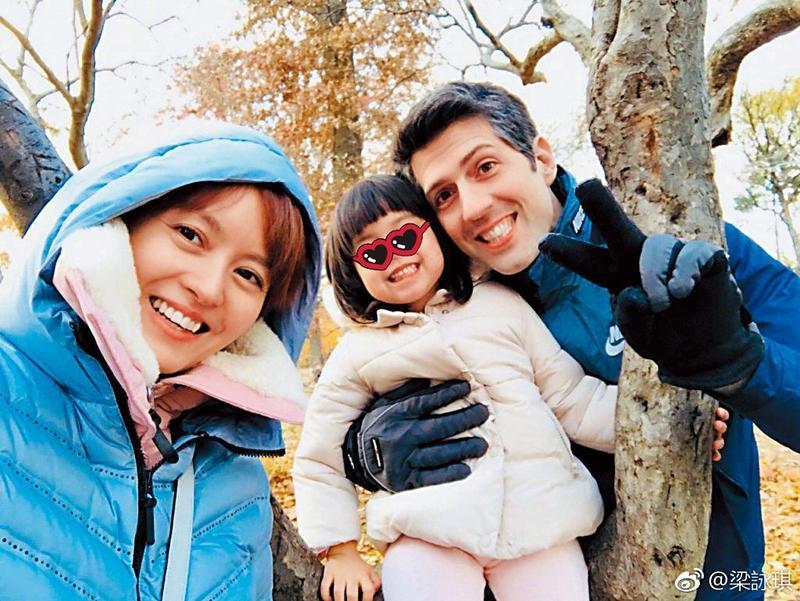 梁詠琪2011年與拍拖半年的西班牙籍丈夫Sergio成婚,兩人育有1女Sofia。(翻攝自梁詠琪微博)
