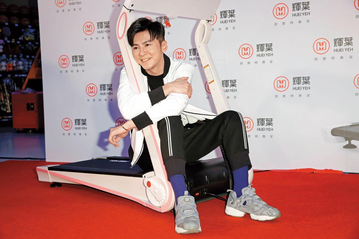就連坐在跑步機上,李國毅也可放電,果然不僅粉絲追捧,廠商看了這張照片應該也相當感動。