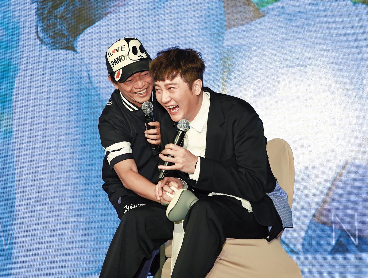 吳宗憲(左)為關喆發片記者會站台,突襲下體搏版面。