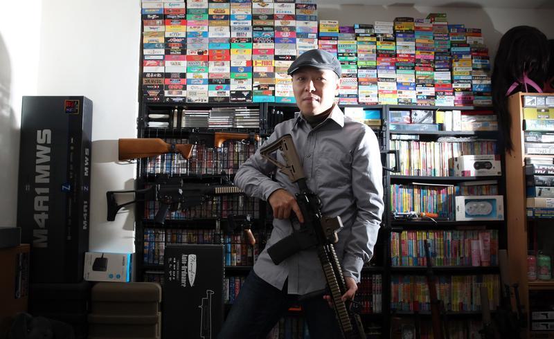 神樂坂雯麗興趣廣泛,房間全是他的收藏,背後牆上是遊戲卡帶和攻略本,手上的玩具槍是他最近迷上的新嗜好。