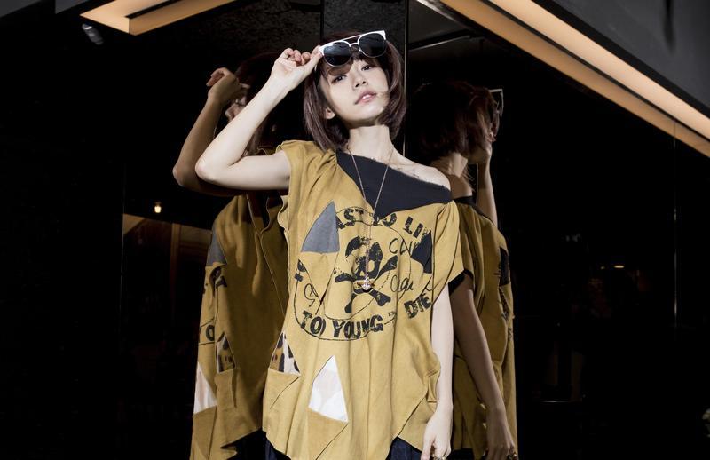 Vivienne Westwood黃色不規則剪裁長版上衣,NT$18,300;Fakeme白色鏡框墨鏡,NT$7,600。