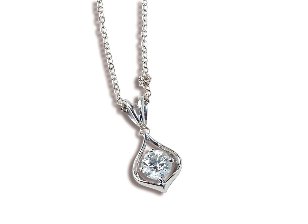 1克拉鑽石項鍊,家人送的禮物。