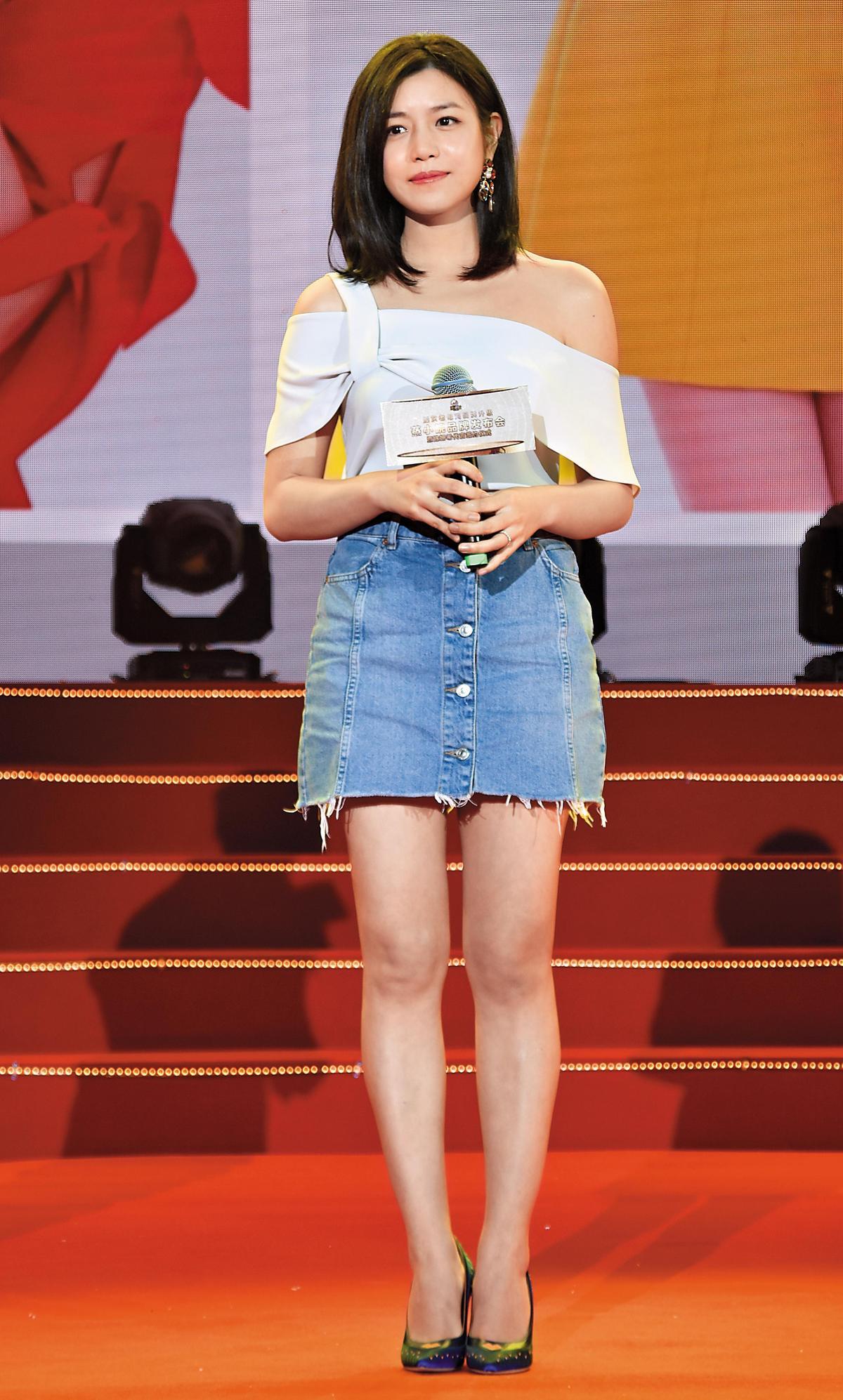 已經當媽的陳妍希為中國餐飲品牌代言,穿著露出美肩的斜肩設計上衣,搭配牛仔短裙,性感女人味被悠閒感中和,反而有著清新的甜美。(東方IC)