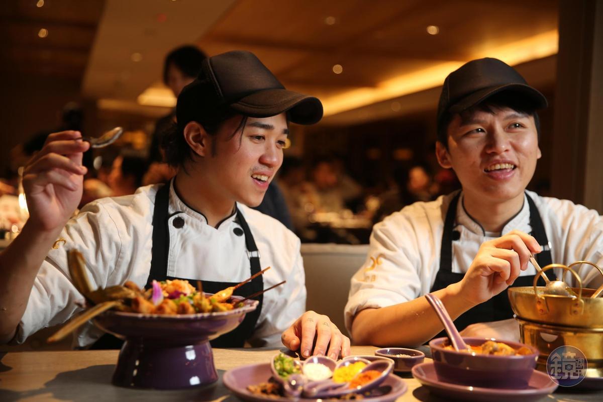 我們請本店派駐的泰籍廚師Gunn Thiravanitkulu(左)試試台灣店主廚王才瑋(右)的手藝,氣氛超融洽,彷彿用餐的客人。