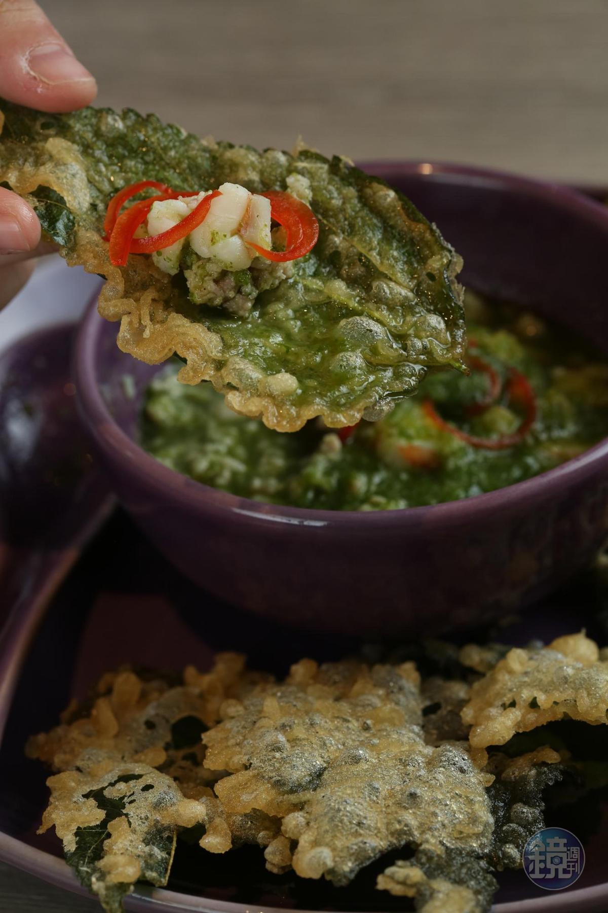 在台灣的泰國餐廳少見的「酥炸桑葉」,蘸點用香菜、檸檬、辣椒、肉末和蝦子煮出的海鮮醬,微辣涮嘴。(200元/份)